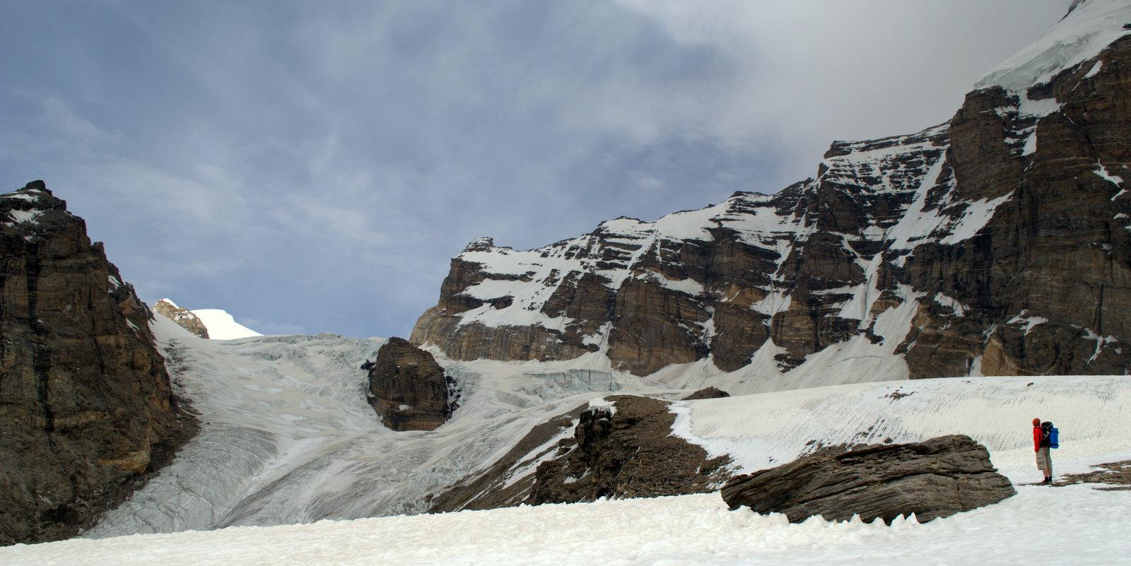 na przełęczy, centralnie wschodni lodowiec Nishgar, po prawej ściany Piku Tadżykistan