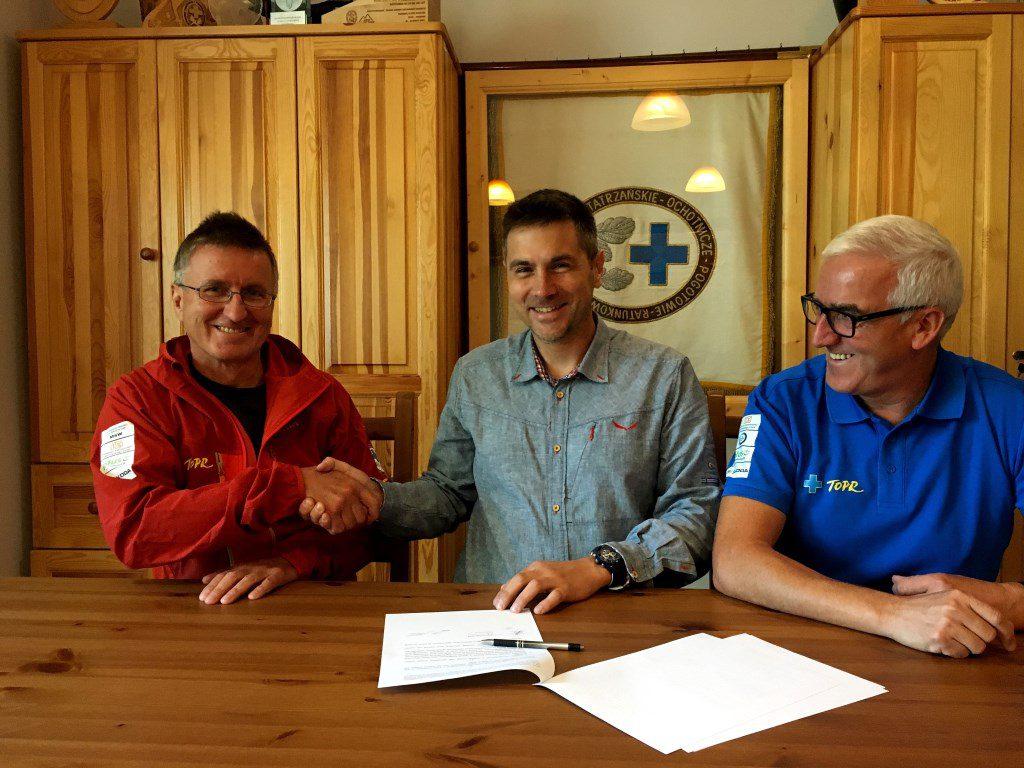 Podpisanie umowy: Czesław Ślimak (W-ce Prezes Zarządu), Jacek Grzędzielski (Dyrektor OberAlp Polska) i Jan Krzysztof (Naczelnik Straży Ratunkowej)